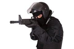 Kravallpolistjänsteman i svart likformig Arkivbilder
