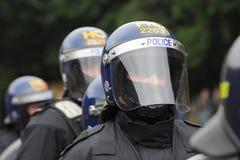 Kravallpolistjänsteman med den framsidaskölden och hjälmen Royaltyfri Fotografi