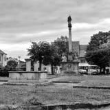 Kravare, чехия - 12-ое августа 2017: выходя из строя фонтан и большой штендер Стоковое фото RF