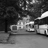 Kravare, République Tchèque - 12 août 2017 : les autobus blancs de CSAD se sont garés à un arrêt d'autobus pendant la saison de t Photographie stock