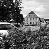Kravare, République Tchèque - 12 août 2017 : route 15 menant autour de la place aux vacances d'été dans la terre du ` s de Macha  Photos libres de droits