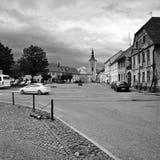 Kravare Tjeckien - Augusti 12, 2017: väg 15 som leder runt om fyrkant på sommarferier i för Macha för turist- område land ` s Royaltyfria Foton
