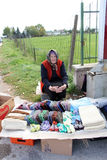 KRAVARI,马其顿 2016年10月8日-卖在路的老妇人手工制造袜子在希腊和马其顿之间的边界附近, 免版税库存图片