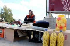 KRAVARI,马其顿 2016年10月8日-卖手工制造袜子和被保存的菜在路的老妇人在边界betwe附近 免版税库存照片