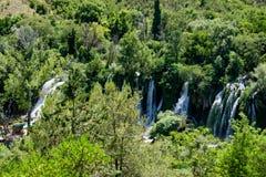 Kravice-Wasserfall und grünes Holz in Bosnien Lizenzfreie Stockbilder