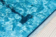 Krawędź pływacki basen. Obrazy Stock