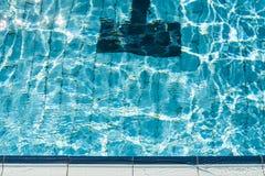 Krawędź pływacki basen. obraz royalty free