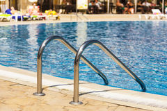 Krawędź pływacki basen. Zdjęcia Stock