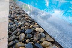 Krawędź pływacki basen z błękitnymi mozaik płytkami basen Zdjęcie Stock