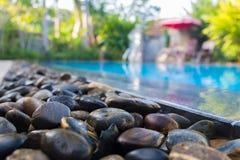Krawędź pływacki basen z błękitnymi mozaik płytkami basen Fotografia Royalty Free