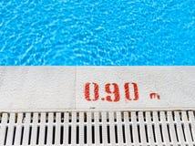 Krawędź pływackiego basenu przelew Zdjęcia Royalty Free