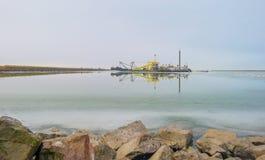 Krawędź zamarznięty jezioro wzdłuż dajka w zimie zdjęcie stock