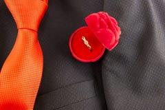 Krawat, kurtka i pierścionek dla oferty pomarańcze, ręki i serca fotografia stock