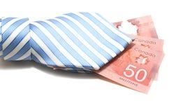 Krawatte und 50 kanadische Dollar lizenzfreies stockbild