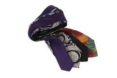 Krawatten in den verschiedenen Farben getrennt auf Weiß Stockfotos