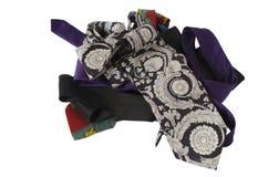 Krawatten in den verschiedenen Farben getrennt auf Weiß Lizenzfreie Stockbilder