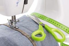 Krawcowa nożyce, szwalna maszyna i metr, tkanina zdjęcia stock
