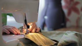 Krawczyna pracy na szwalnej maszynie zdjęcie wideo