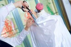Krawieccy nożyce ciie materiał na mannequin obraz royalty free