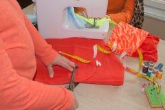 Krawiecka kobieta, projektant mody pracuje przy studiiem Projektant mody tnąca tkanina Zdjęcia Royalty Free