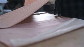 Krawiecki działanie przy pracownianą tnącą tkaniną, szczegół ręka z nożycami zdjęcie wideo