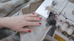 Krawiecki używać krajacza dla tnących tkanin zdjęcie wideo