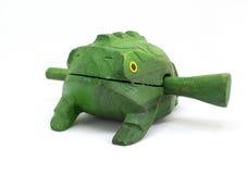 Kraxa grön groda för leksakträ med pinnen som isoleras på vit royaltyfria bilder