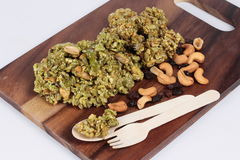Krayasart ist ein thailändischer süßer knuspriger Nachtisch der Tradition mit Korinthe und Acajounuss auf dem gedienten Metzger W Lizenzfreie Stockfotografie