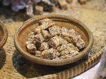 Krayasart, klebrige Bonbons, thailändischer Nachtisch gemacht vom Reis, Nuss, Sesamsamen und Zucker Lizenzfreies Stockfoto