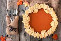 Kürbiskuchen mit Herbstblatt-Gebäckdesign, obenliegende Tabellenszene Lizenzfreie Stockbilder