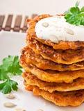 Kürbispfannkuchen mit saurer Sahne Lizenzfreie Stockfotos
