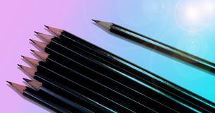 Kreślić ołówki na pastelowym błękitnym i różowym tle zdjęcia stock