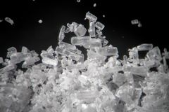 Kreatinkristalle durch Mikroskop sieht wie Methamphetamin aus Athletische diätetische Ergänzung in der Detailnahaufnahme Weiße cr Lizenzfreies Stockbild