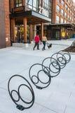 Kreativ entworfene Fahrradhalter am Neubau lizenzfreie stockfotos