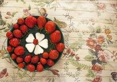 Kreativ gediente Erdbeeren auf Untertasse Lizenzfreie Stockfotos