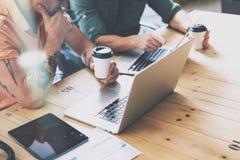 Kreative Abteilungs-arbeitender hölzerner Tabellen-Laptop-moderner Innenarchitektur-Dachboden Mitarbeiter-Prozessbüro-Studio Zwei Stockfotografie