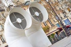 Kreative Architektur von Pompidou-Mitte und -vögeln am Himmel in Paris Lizenzfreies Stockfoto