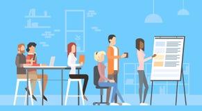 Kreative Büro-Mitte-Leute-sitzende Schreibtisch-Arbeitsdarstellung Flip Chart, Studenten, die Universitätsgelände ausbilden vektor abbildung