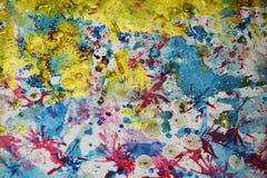 Kreative das Goldblaue Rot spritzt, Kontraste, kreativer Hintergrund des Farbenaquarells Lizenzfreie Stockfotografie