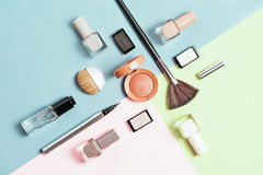 Kreative Ebenenlage von hellen Nagellacken der Mode und von dekorativer Kosmetik auf einem bunten Hintergrund Minimale Art exempl Lizenzfreies Stockbild
