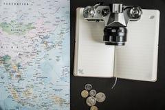 Kreative Ebenenlage von Reisewesensmerkmalen lizenzfreie stockfotografie