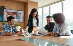 Kreative Fachleute, die neues Projekt in der Sitzung besprechen stockbilder