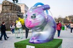 Kreative fantastische futuristische ausländische Zahl Hase oder Kaninchen in den purpurroten und rosa Farben mit transparenten Gl Lizenzfreie Stockfotografie