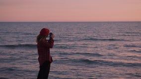 Kreative Fotograffreiberuflerfrau am Strand stock footage
