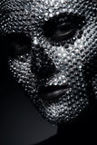 Kreative Frau in den Bergkristallen mit Schädelgesicht Stockbilder