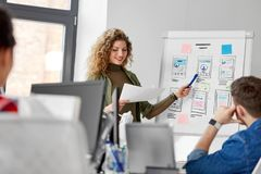 Kreative Frau, die Benutzerschnittstelle im Büro zeigt lizenzfreies stockfoto