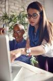 Kreative Frauenmanagermannschaft, die mit neuem Startprojekt herein arbeitet lizenzfreies stockbild