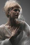 Kreative Frisur des schönen nachdenklichen Zaubermädchens Stockbilder