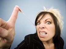 Kreative Geschäftsfrau mit einem Gummi auf ihrem Finger Lizenzfreie Stockbilder