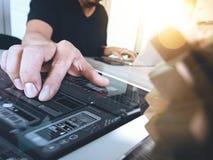 kreative Hand, die hölzernes Puzzlespiel und intelligentes Telefon mit Laptop Co zeigt Stockbilder